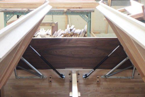 跳ね上げ式の収納のある畳ベッド
